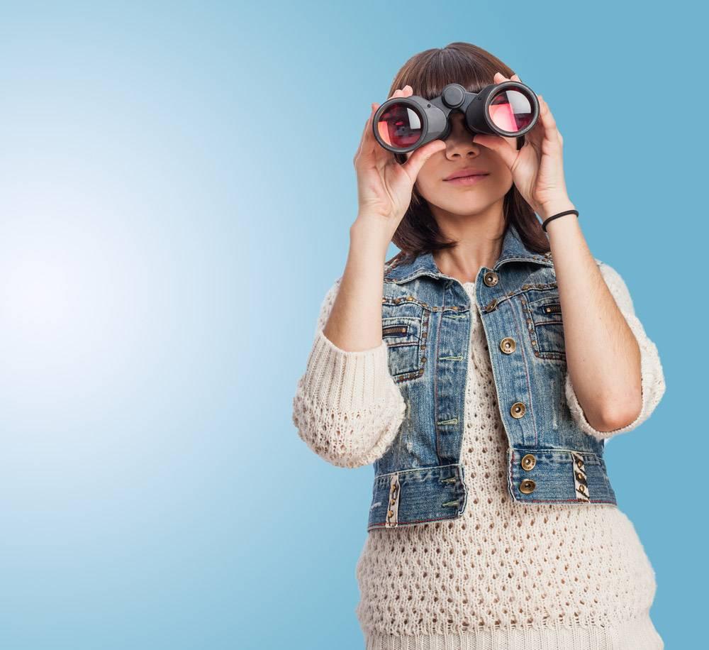 带着双筒望远镜的女孩_911712