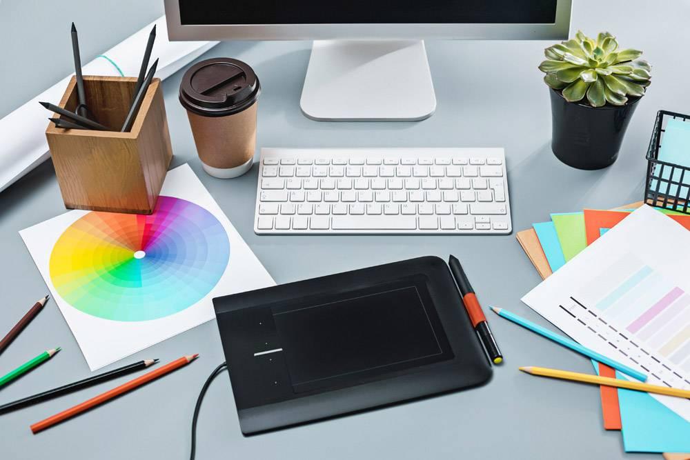 带笔记本电脑的灰色办公桌空白床单的记事_9159164