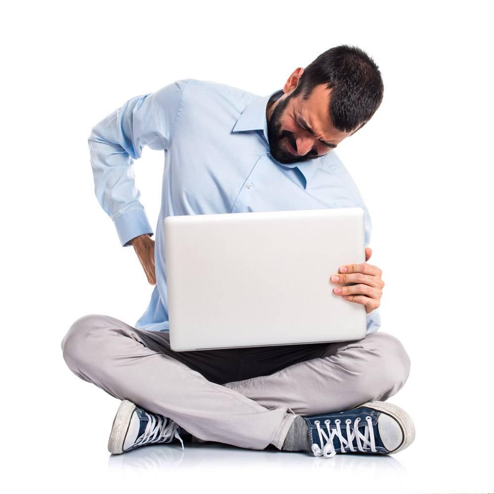 带笔记本电脑的男子背部疼痛_1184589