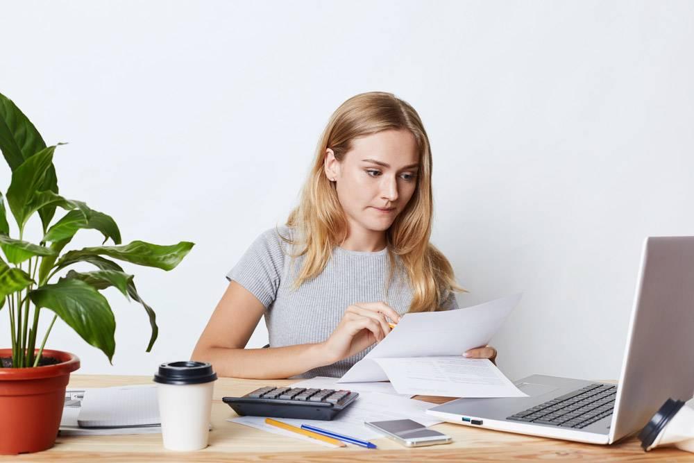 年轻女商人用笔记本电脑和计算器工作专心_8759483