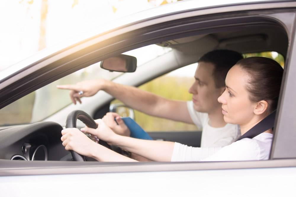 年轻女子开车男子指着方向_1281709