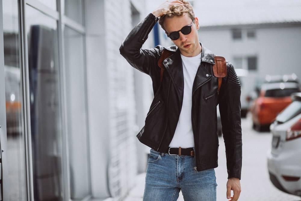 年轻帅哥模特在街上摆姿势_4756380