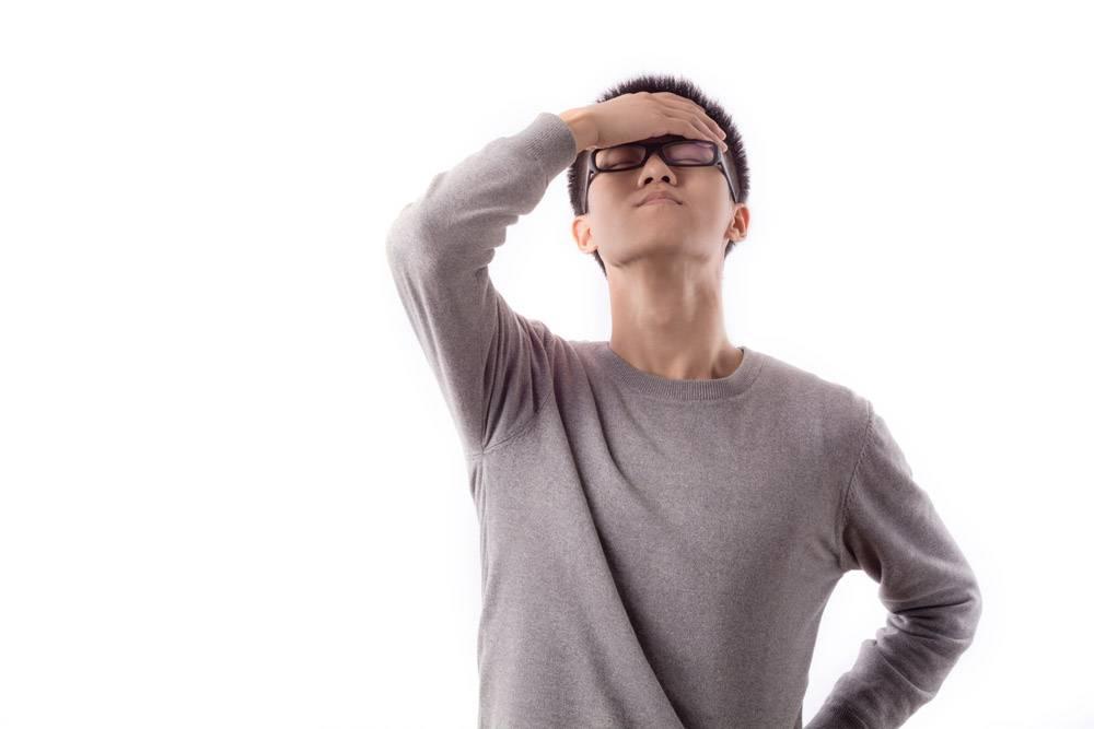 年轻的严重头痛的男性乐趣_1046456