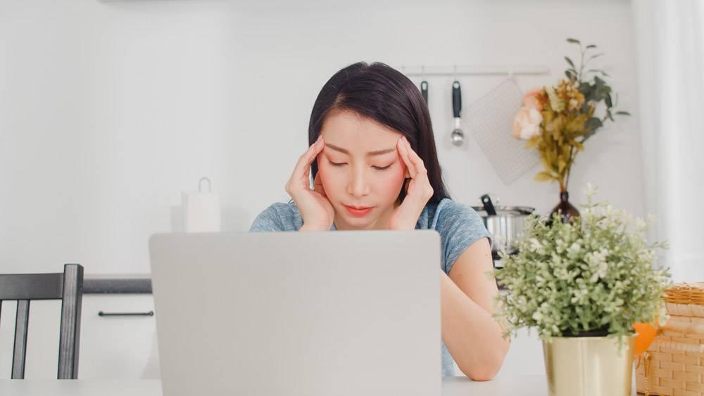 年轻的亚洲女商人在家里记录收入和支出女_6142449