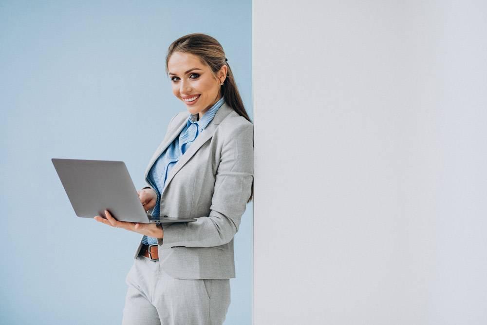 年轻的女商人孤零零地站在办公室里_7435552