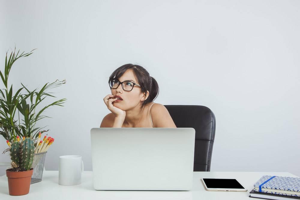 年轻的女商人思考和工作_1204499