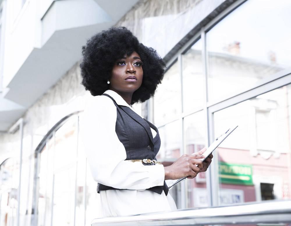 年轻的非洲女商人拿着剪贴板看向别处的肖像_4765033
