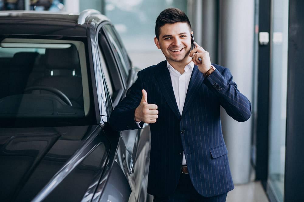 年轻英俊的商人在汽车展厅选车_7435614