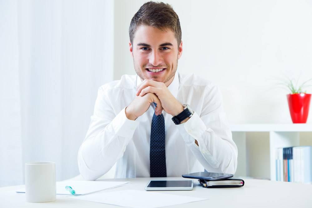 年轻英俊的男人在他的办公室工作_1232857