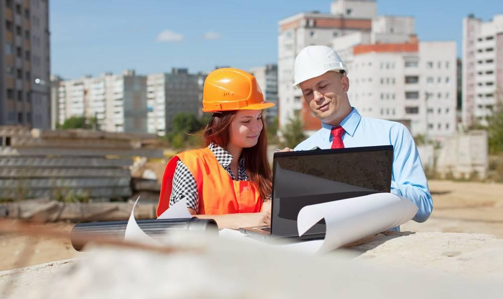 建筑工地前的两位建筑师_1239316