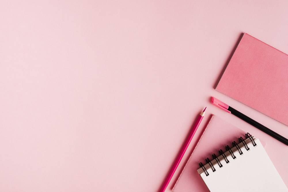 彩色表面上的粉红色办公用品_4888033
