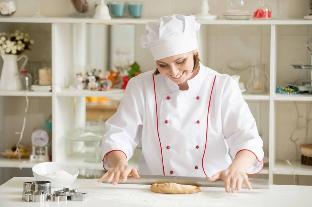 微笑的专业甜品师在滚动姜饼面团_1281917