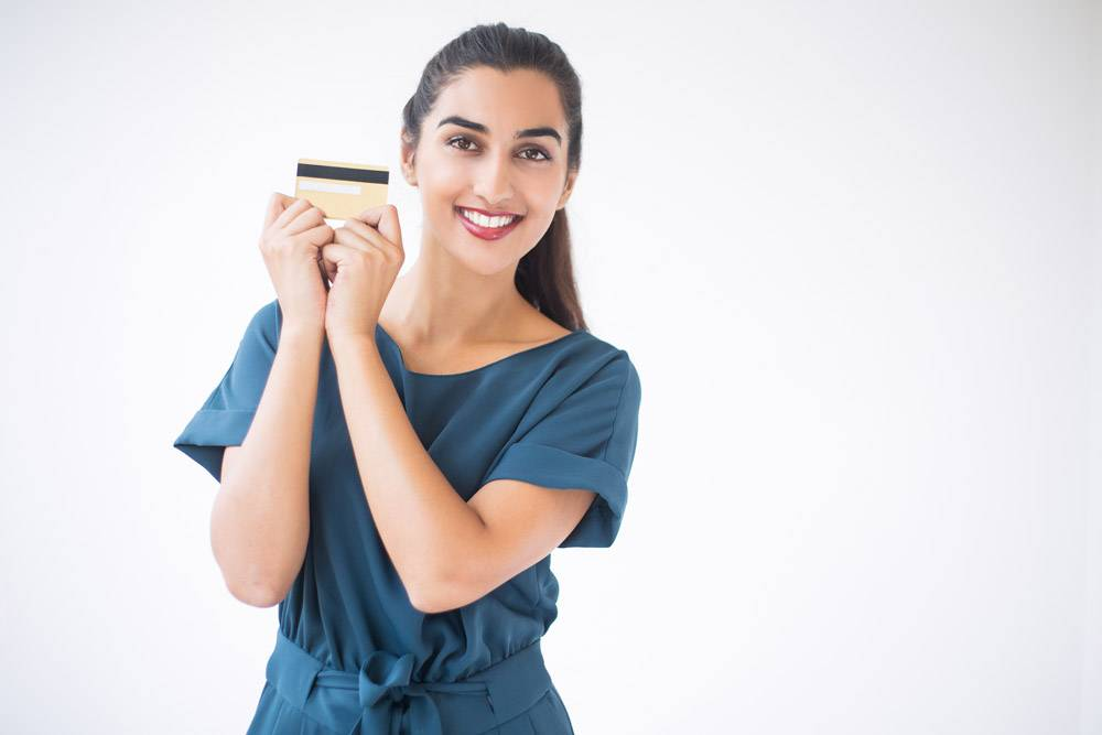 微笑的印度女士展示信用卡的特写_1027066