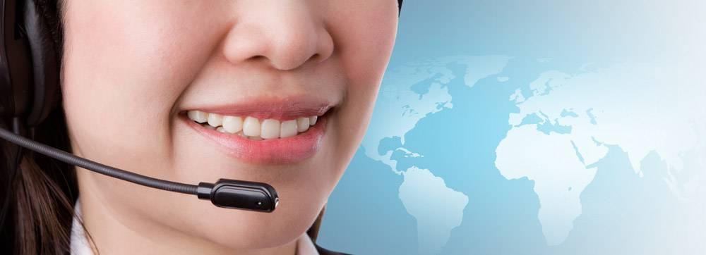 微笑的女子在呼叫中心工作的特写_969708