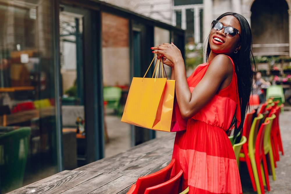 城市里提着购物袋的漂亮黑人女孩_5253362