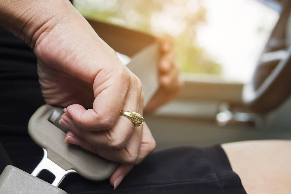 女士开车前系好安全带系好安全带安全驾_3805957