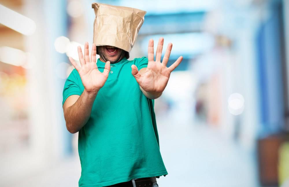 头上戴着纸袋的男子_916769