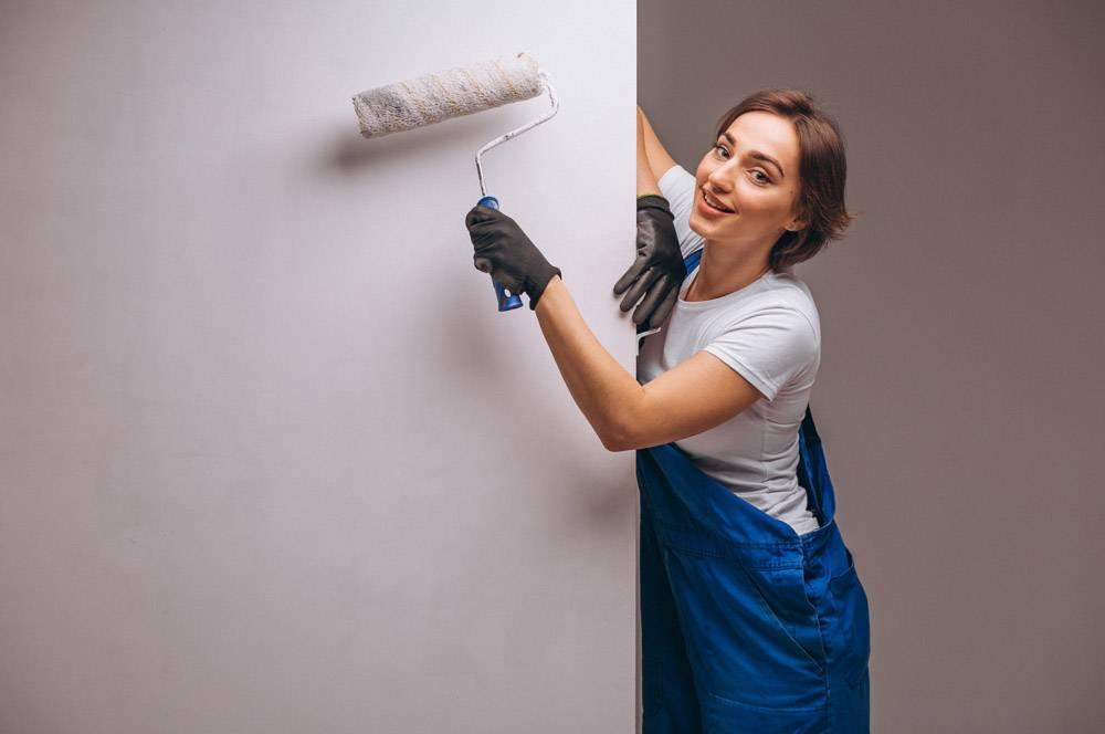 女修理工与油漆滚筒隔离_4410601