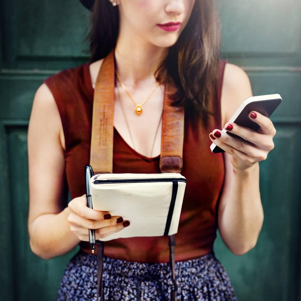 女性在城外交流电话的概念_2970948