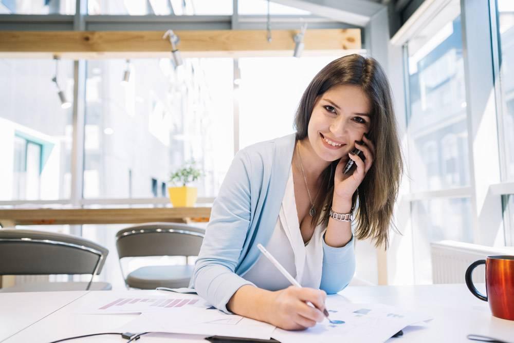 女性在电话中讲话并更正图表_1372800