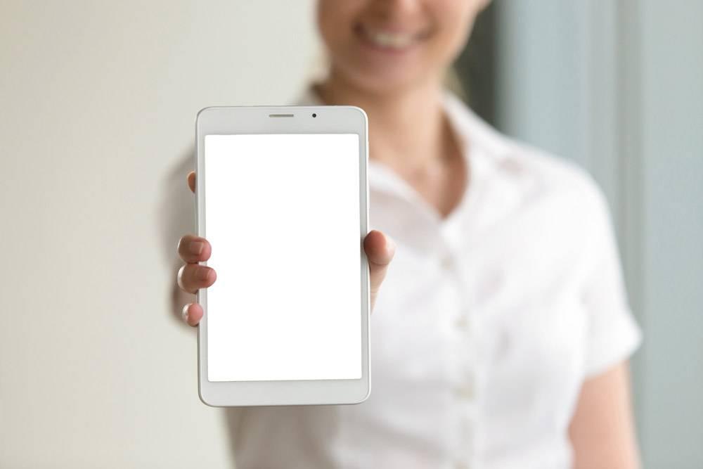 女性手中的数字平板样机屏幕特写文案空_3938751