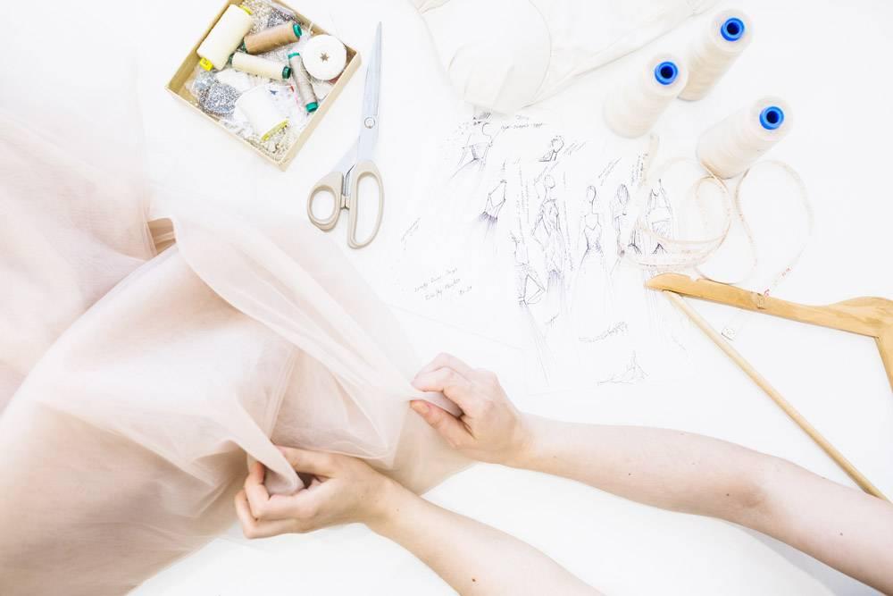 女设计师手持面料越过工作台的高空视图_2784316