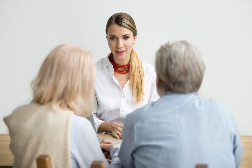 女财务顾问在会上谈论咨询老年夫妇_3954511
