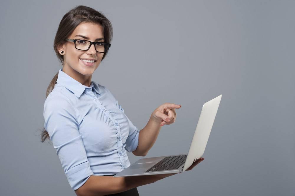 她在现代笔记本电脑上展示_12652435