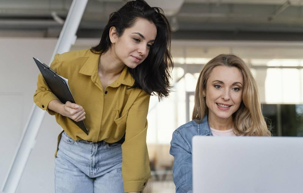 妇女们一起检查工作项目_12140640