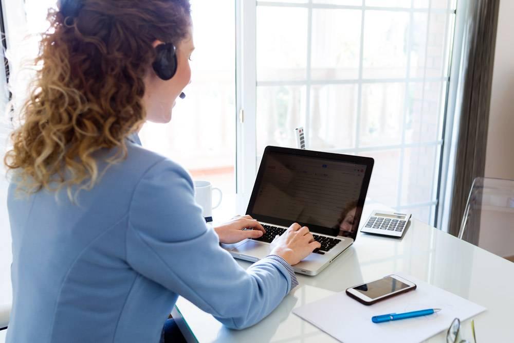 客服接线员在办公室打电话_1623536
