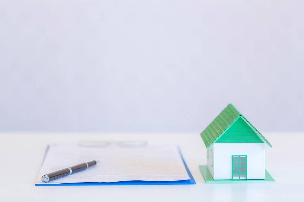 小型房屋的现代设计和文件用钢笔写在白色_5017990