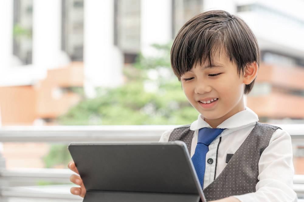 小男孩在商业区使用智能手机平板电脑教育_11872400