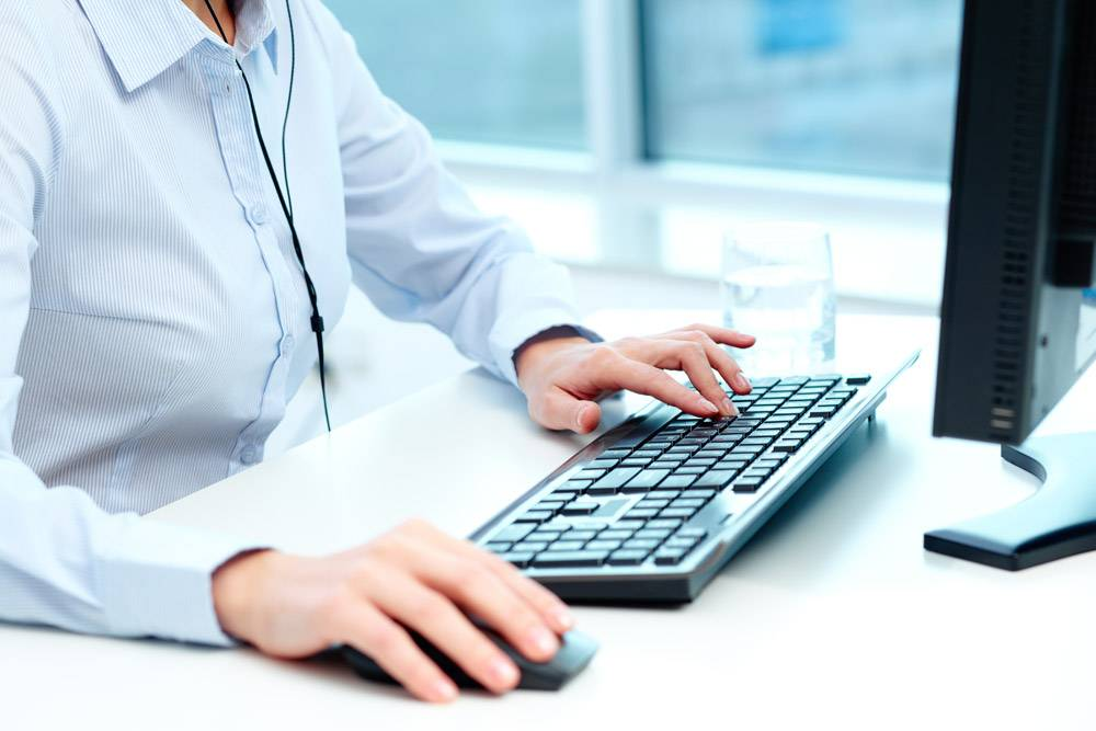 工人使用鼠标和键盘工作的特写_857139