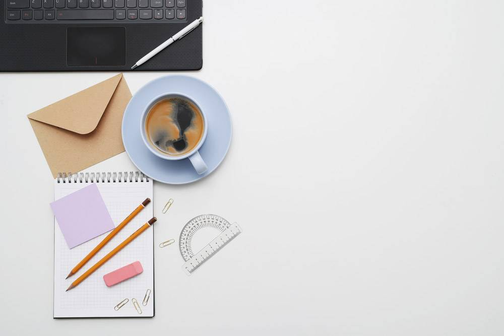 工作场所配有笔记本电脑咖啡和记事本俯_7760391