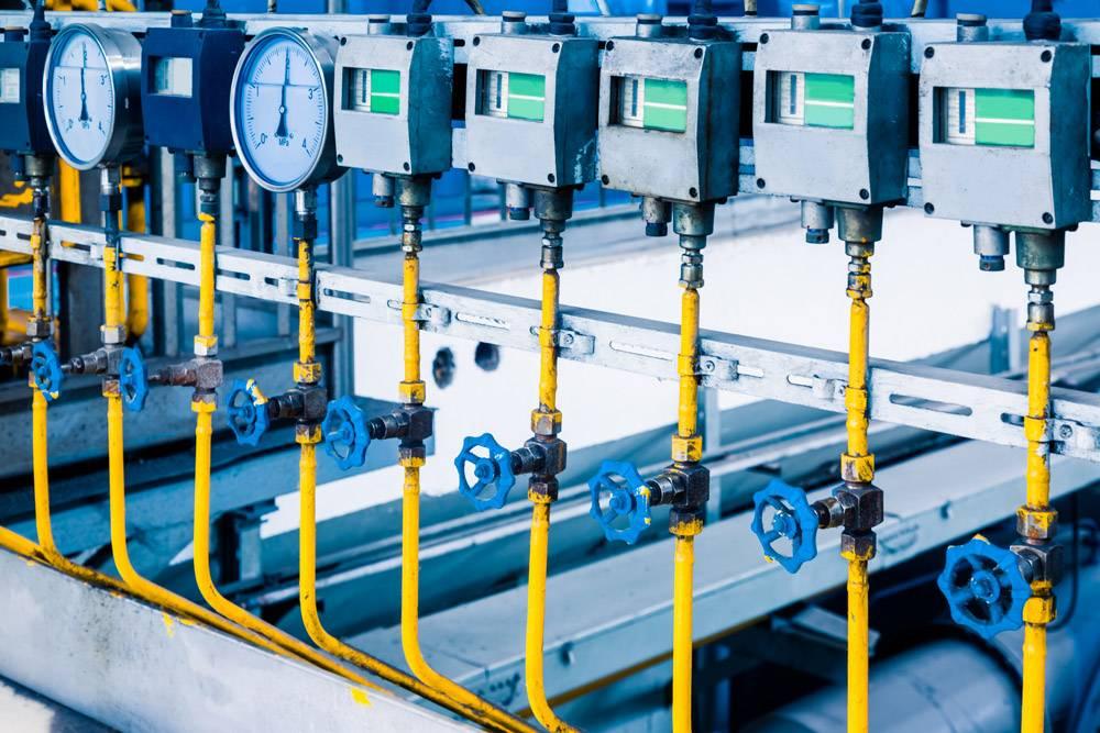 工厂内的钢质管道和钢缆_1119695