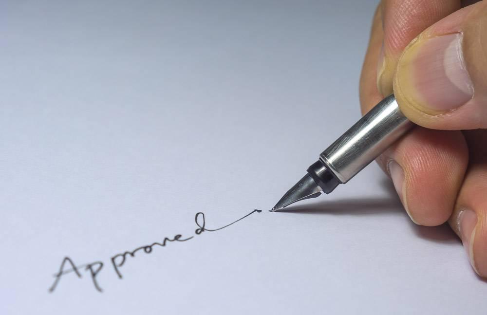 已批准签名的特写手指和钢笔灯泡从左侧_3762383