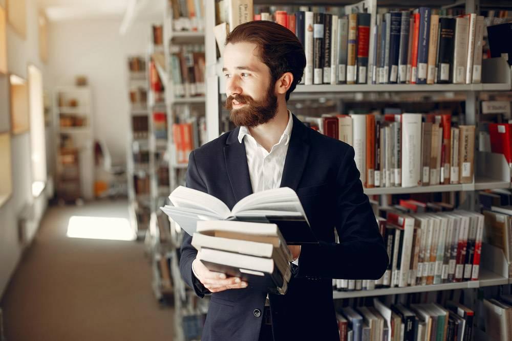 帅哥在图书馆学习_4976478