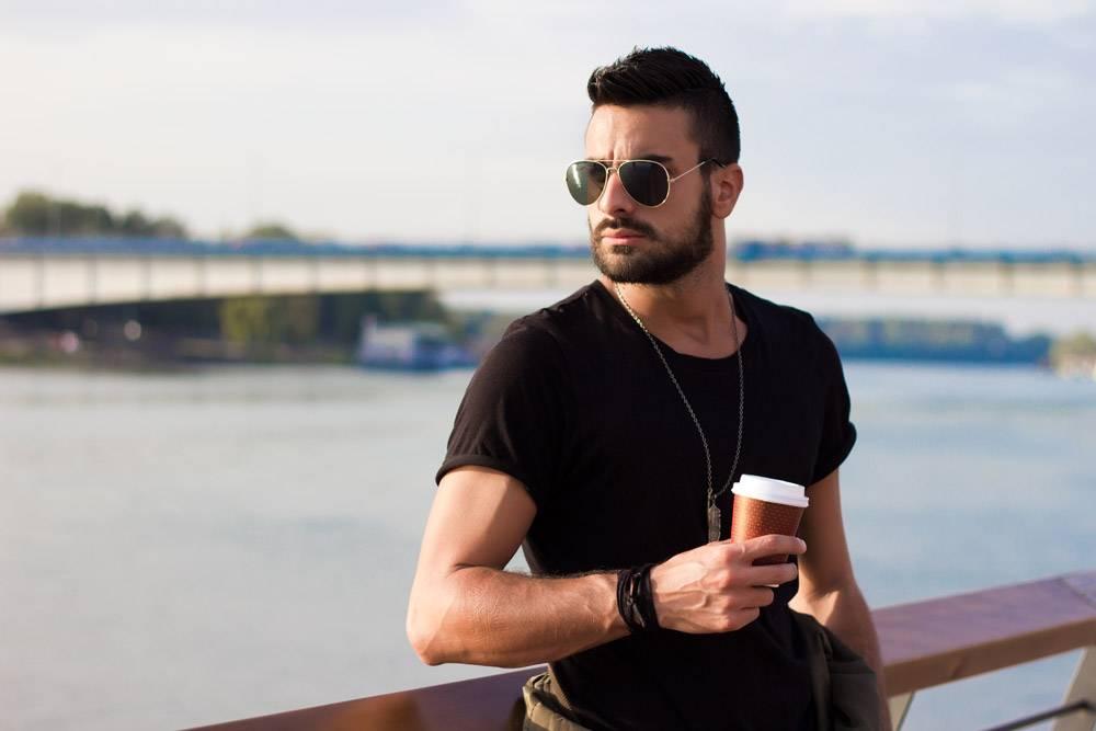 帅哥在户外喝咖啡戴着墨镜留着胡子的家_1131457