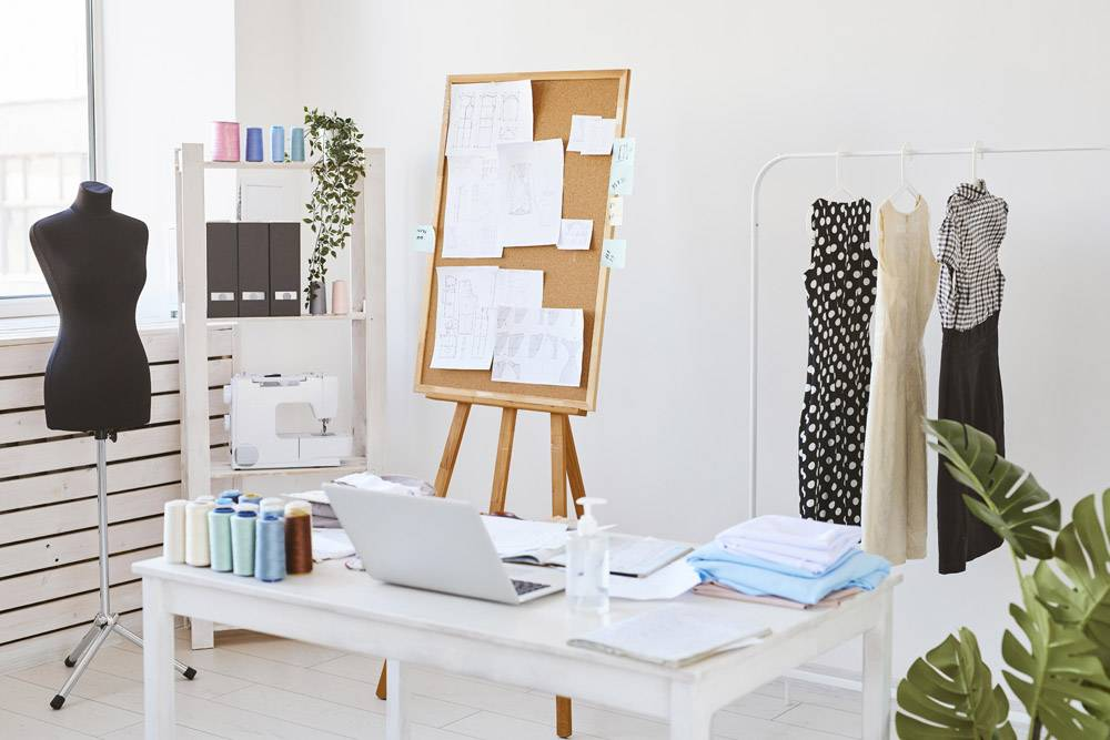带创意板的时装工作室和带服装线的书桌_12364483