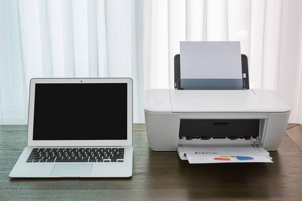 带打印机的木桌上的笔记本电脑_977943