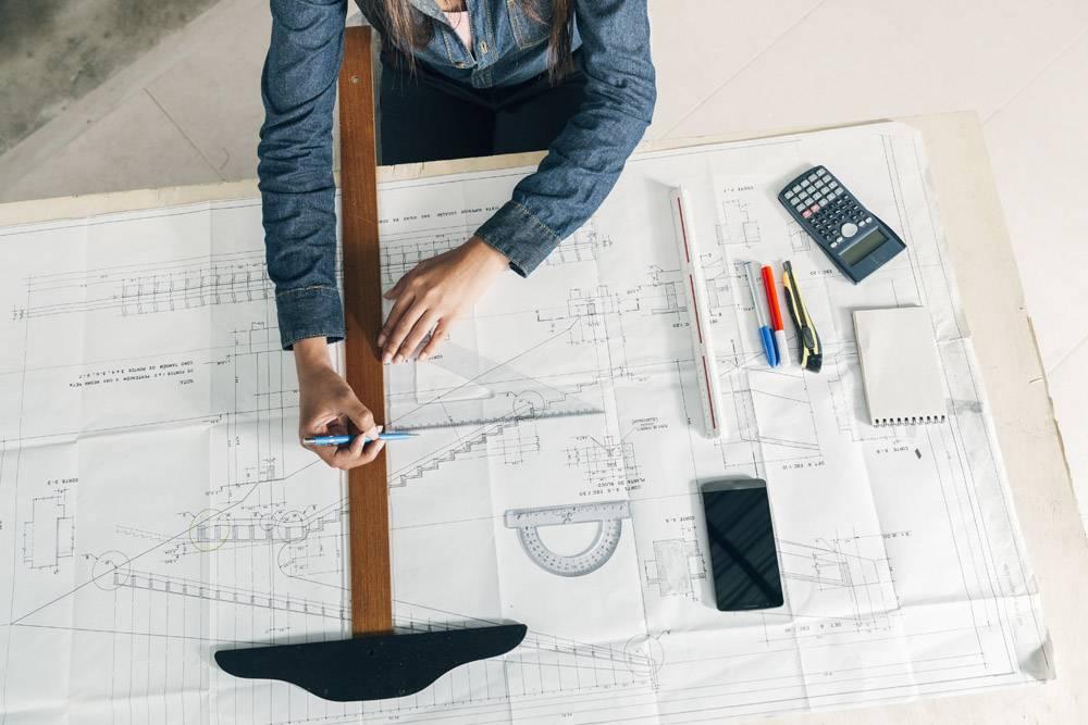 在桌子上拿着大尺子和钢笔工作的女人_3706707