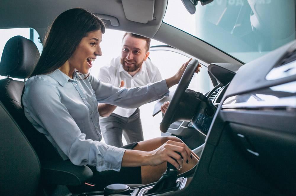 在汽车展厅找车的推销员和女人_4201643