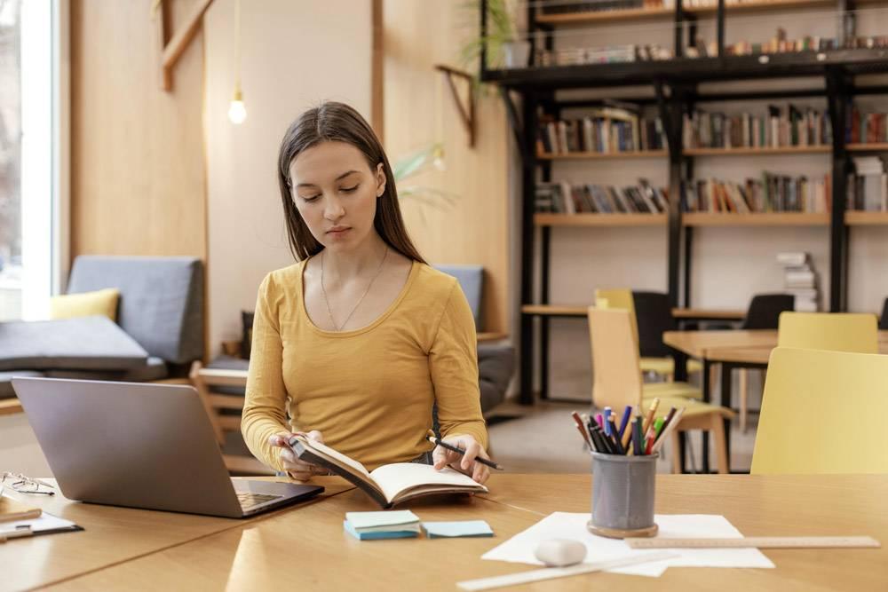 在笔记本电脑上工作的肖像女人_13165057