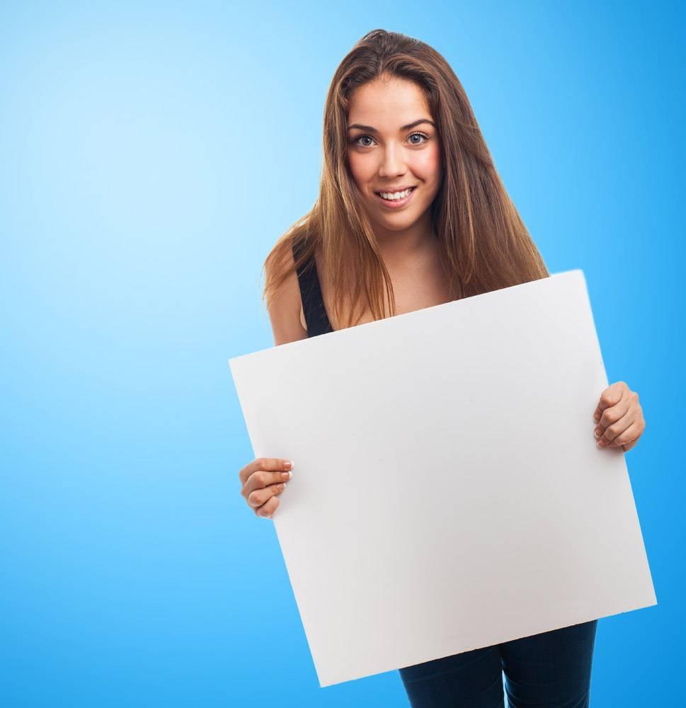 在蓝色背景上有一张海报的女孩_912671
