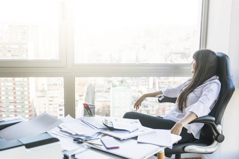 坐在办公室里看着窗外的女商人_3143319