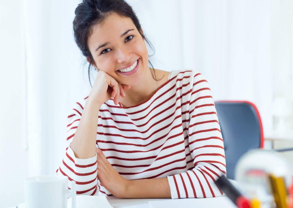 坐在办公桌前微笑的女人_1094489