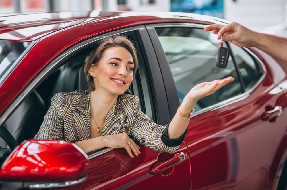 坐在红色车里的女人拿着钥匙_4410549