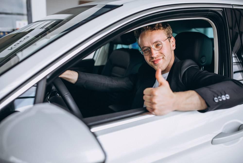 坐在车里的帅哥_4757171