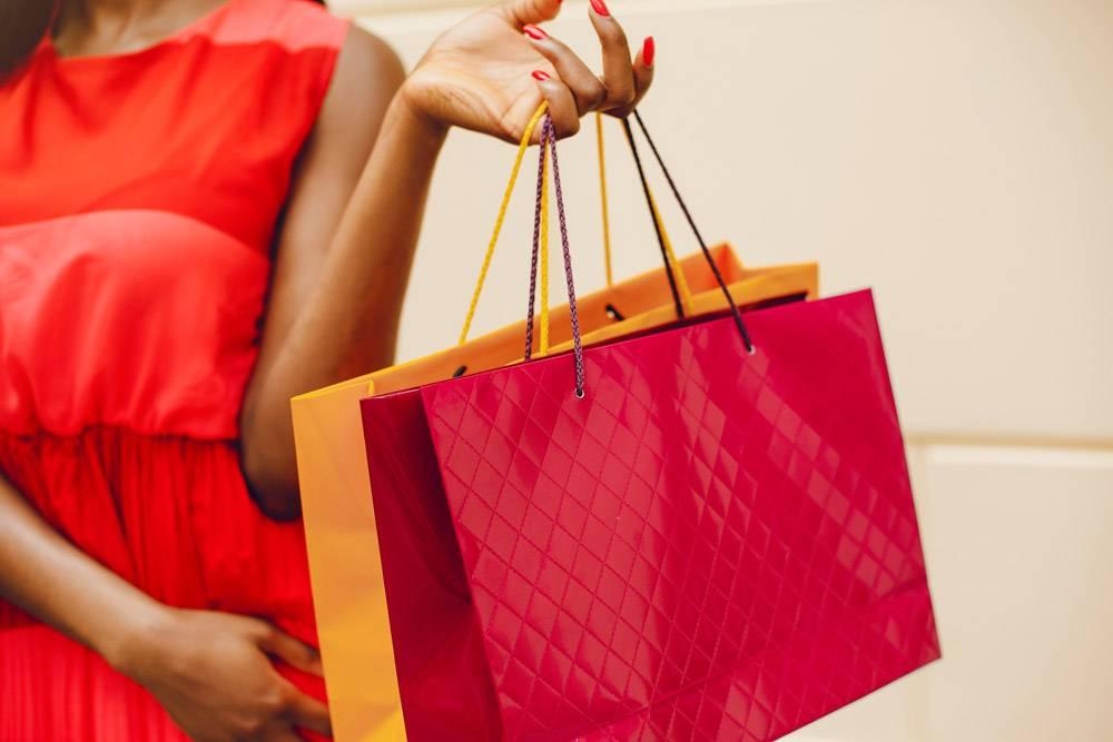 城市里提着购物袋的漂亮黑人女孩_5252850