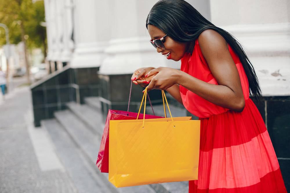 城市里提着购物袋的漂亮黑人女孩_5253197